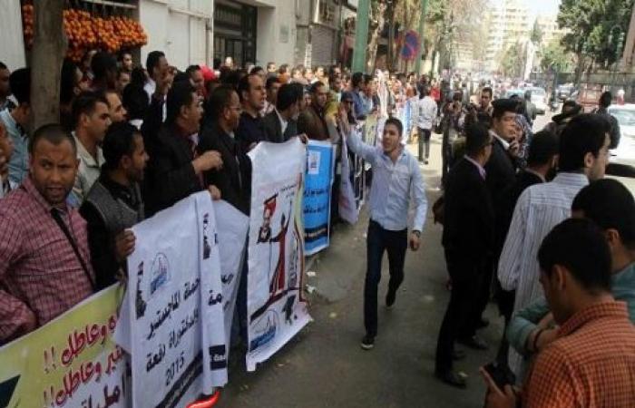 بالصور || وقفة لطلاب الماجستير أمام التعليم العالي .. والمتظاهرون : ''عواطلية يا وزير''