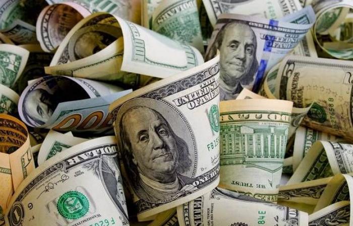 الدولار الأمريكي يرتفع هامشياً أمام العملات الرئيسية