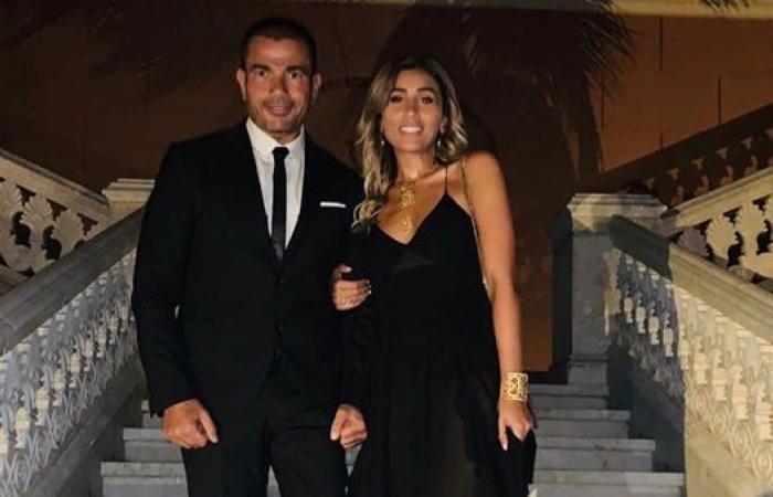 عمرو دياب ينشر صورة له مع دينا الشربيني في إسبانيا