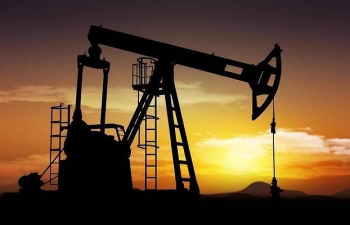 محدث..أسعار النفط توسع مكاسبها في ترقب بيانات المخزونات الأمريكية