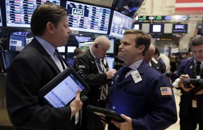 بيانات اقتصادية سلبية وتصريحات الفيدرالي.. الأبرز بالأسواق العالمية اليوم