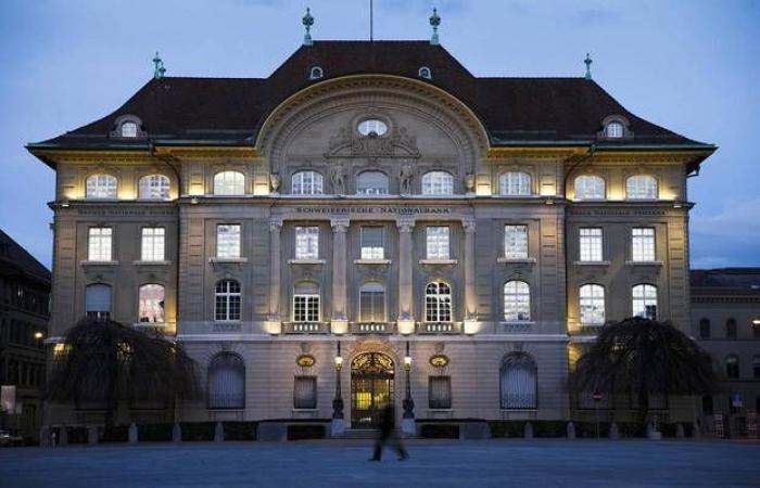 المركزي السويسري يثبت الفائدة لكنه يخفض توقعات النمو الاقتصادي والتضخم