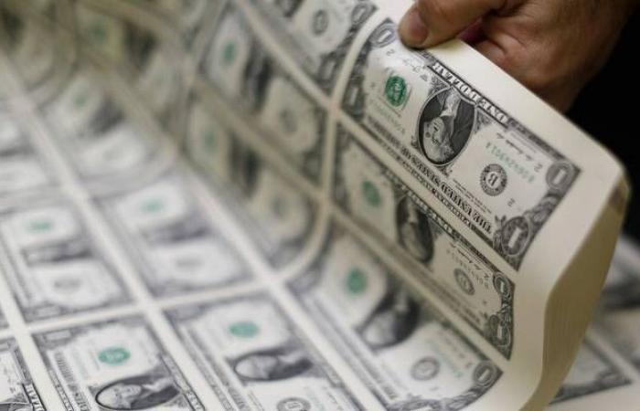 محدث.. الدولار الأمريكي يواصل الاستقرار عالمياً بعد محضر الفيدرالي