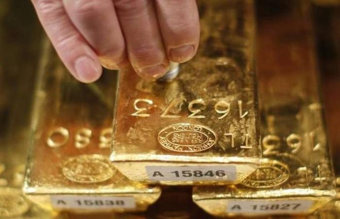 محدث.. الذهب يسجل أعلى تسوية في أسبوع مع خسائر الدولار