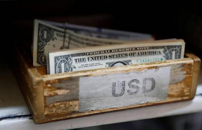استقرار الدولار الأمريكي عالمياً مع ترقب محضر الفيدرالي