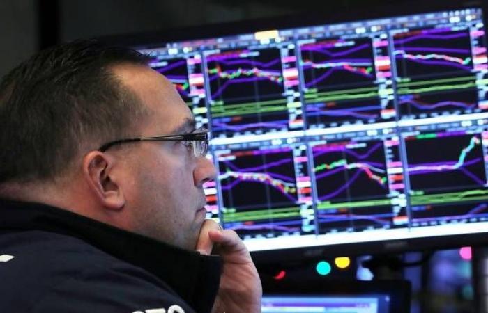 """""""بنك أوف أمريكا"""": المستثمرون يبتعدون عن الكاش لصالح الأسهم والسلع"""