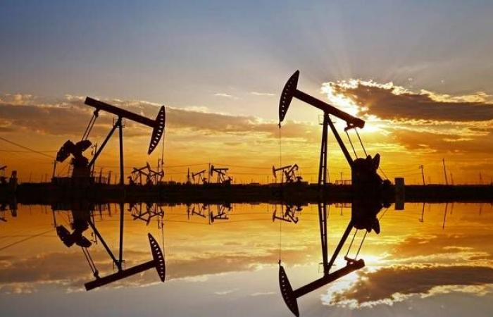 محدث..النفط يتراجع عند التسوية لكنه يسجل مكاسب أسبوعية تتجاوز 2%