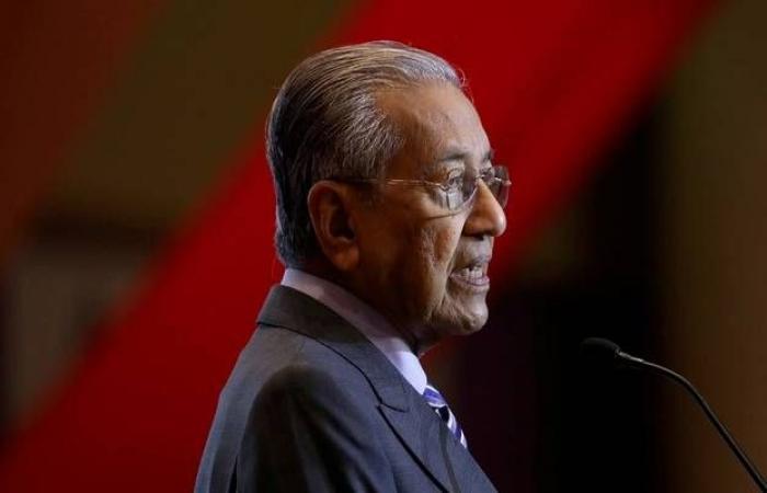 """رئيس وزراء ماليزيا """"مهاتير محمد"""" يتقدم باستقالته للملك"""