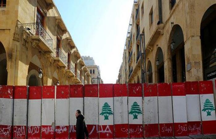 """دولارات اللبنانيين تتبخّر.. غضب وهتافات """"مش دافعين"""""""