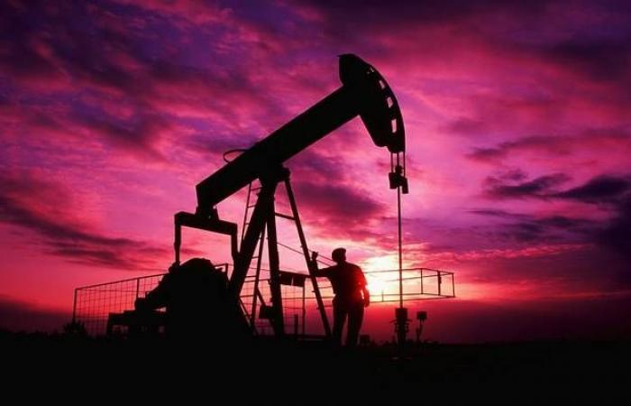 النفط يتهاوى 13% مع مخاوف بشأن مساحات التخزين