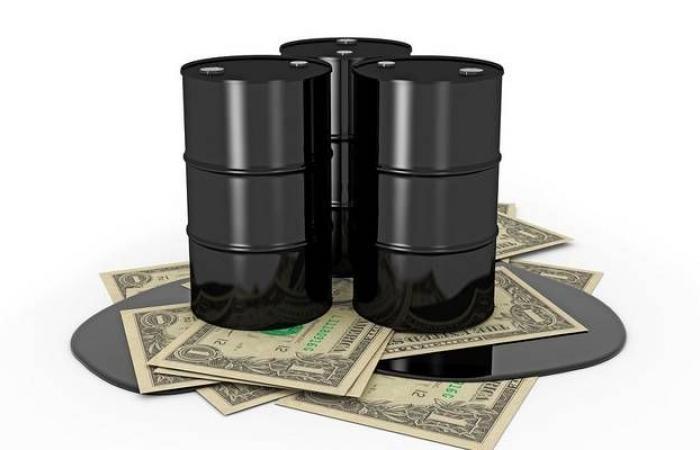 محدث.. النفط يقفز 25% عند التسوية لكنه يسجل خسائر شهرية