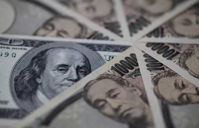 محدث.. الدولار يعمق خسائره عالمياً مع بيانات اقتصادية ومكاسب اليورو