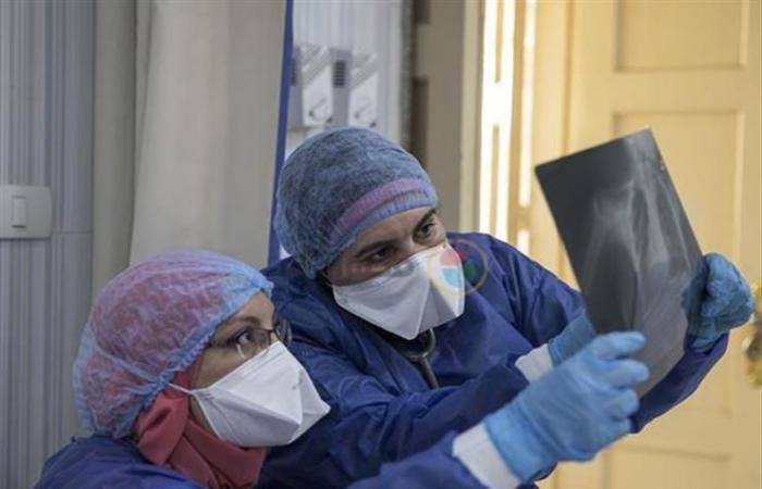 """مدير مكافحة العدوى: """"كورونا"""" مستمر 6 أشهر.. وتحاليل الفرق الطبية ليست أساسًا لحمايتهم (حوار)"""