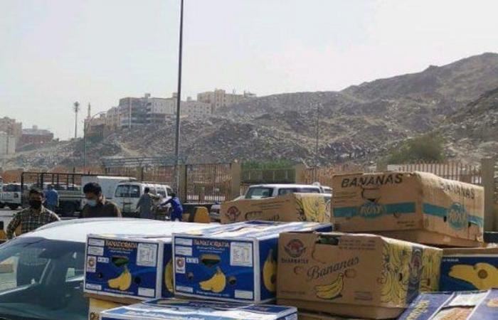 """شاهد من مكة.. مصادرة طن خضار وفاكهة بحوزة جائلين وتسليمها لـ""""إكرام"""""""