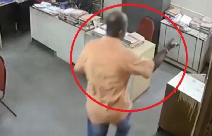 شاهد .. موظفة تطلب من مديرها ارتداء الكمامة فينتهي بها الأمر في المستشفى