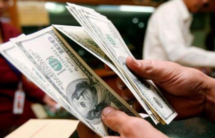 الدولار الأمريكي يتراجع لأدنى مستوياته في أسبوعين متأثرًا بارتفاع إصابات كورونا