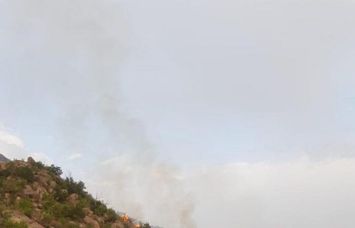 شاهد بالفيديو.. النيران تشتعل في جبل ضرم بمركز تهامة بللسمر وبللحمر