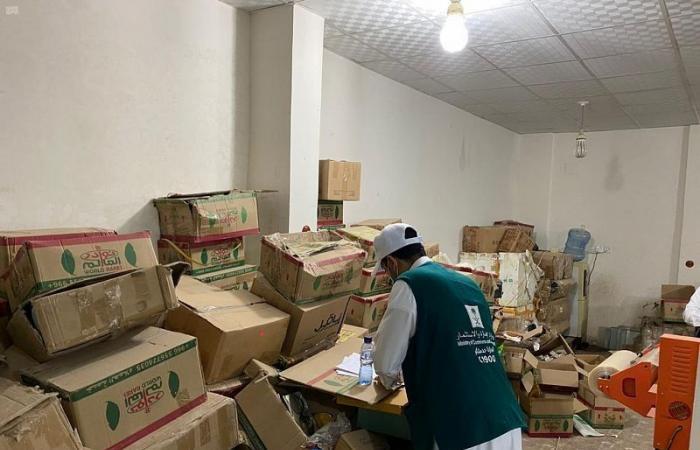 المدينة.. دهم موقع مخالف ينتهي بضبط 67 ألف كجم من الشاي والمكسرات
