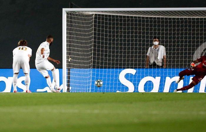 """ريال مدريد يفوز على """"ألافيس"""" ويقترب خطوة نحو التتويج بالليغا"""