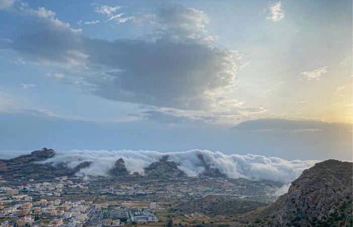 من الجو.. مشاهد نادرة لضباب كموج البحر يغطي مرتفعات تنومة