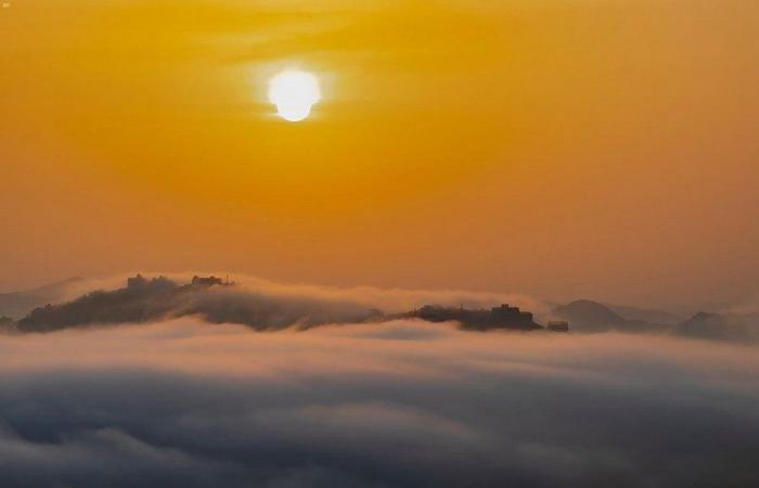 شاهد من قمة جبل رغدان.. لقطات ساحرة يعانق فيها شروق الشمس الضباب