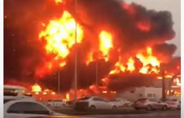 شاهد.. حريق هائليلتهم سوقًا شعبيًا في إمارة عجمان