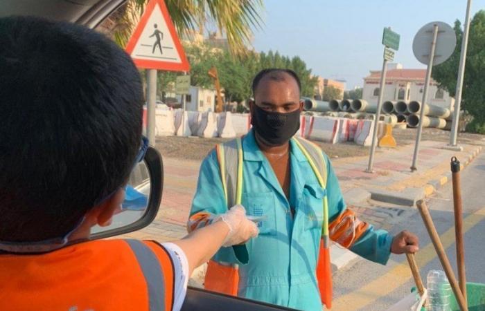 """بالصور وللوقاية من """"كورونا"""".. """"أرفى"""" توزع 500 كمامة لعمال النظافة في الشرقية"""
