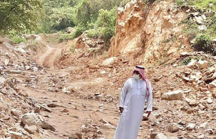 """بعد الانهيارات.. رئيسا """"القصبة"""" و""""قيس"""" يتابعان فتح طرق العارضة الجبلية"""