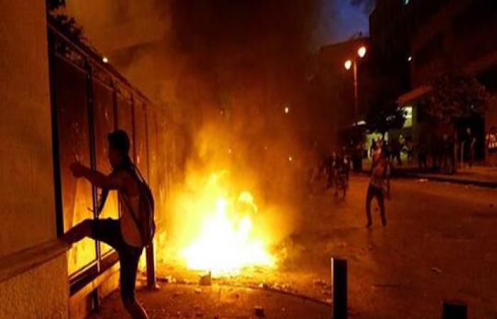 اندلاع حريق عند مدخل ساحة البرلمان بوسط بيروت .. بالفيديو