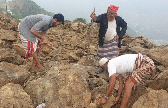 """انهيارات تغلق طريق """"صماد"""".. والسكان يزيلونها بأيديهم"""