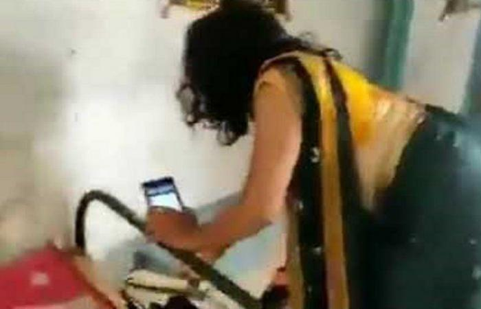 فيديو.. امرأة بكامل زينتها تترك زفافًا لتنقذ عائلة من أفعى سامة