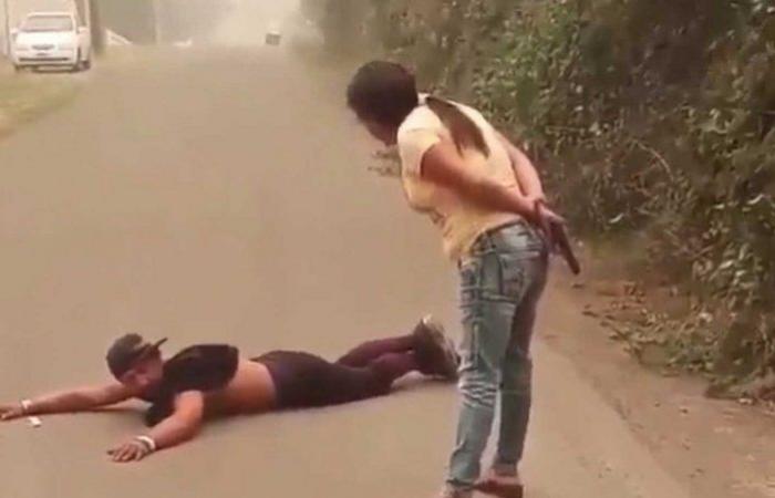 فيديو أثار الجدل في أمريكا.. أشهرت عليه المسدس بسبب علبة ثقاب