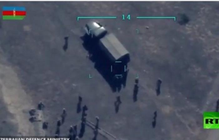 """""""الدفاع الأذربيجانية"""" تنشر فيديو لتدمير شاحنة أثناء قيام جنود أرمن بتفريغها"""