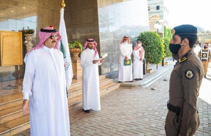 """رفضوا عروضًا مالية لإطلاق المجرمين.. """"تركي بن طلال"""" يُكَرّم 15 رجل أمن"""