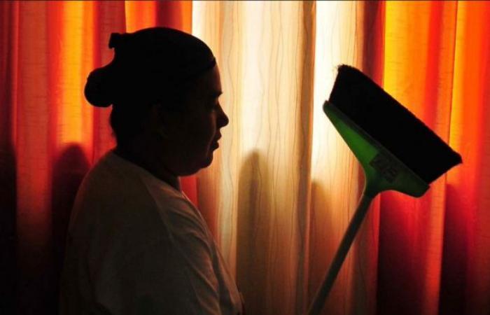 """""""عوملت مثل الكلبة"""".. تقرير بالفيديو يكشف انتهاكات جسيمة ضد العمالة المنزلية في قطر"""