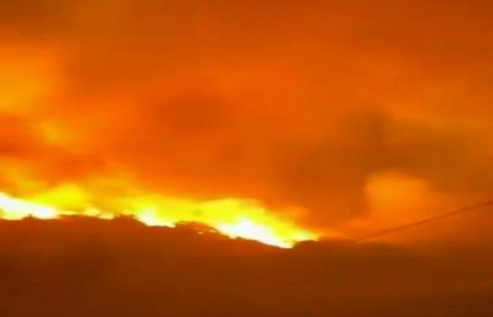 """""""كواليس إطفاء حريق تنومة"""" تكشفها إمارة عسير.. إخلاء وطائرة والإخماد 70%"""