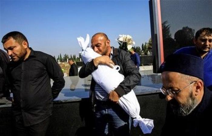 الأسبوع في 8 صور: قرود تتسول الطعام.. وأب مكلوم يبكي على طفلته
