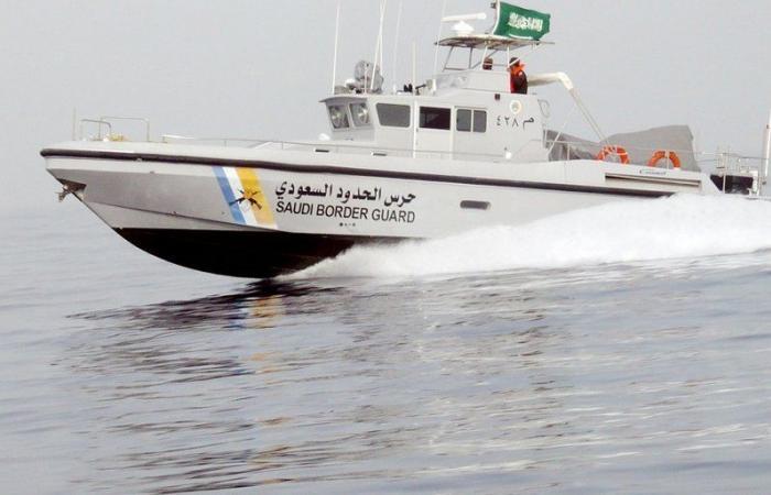 حرس الحدود بالمدينة ينقذ مواطنَيْن تعرَّض قاربهما للعطل بعرض البحر