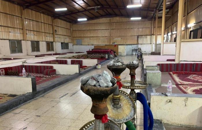 """شاهد .. ضبط مقهى يقدم """"الشيشة والمعسل"""" بالطائف مخالفًا للإجراءات الاحترازية"""