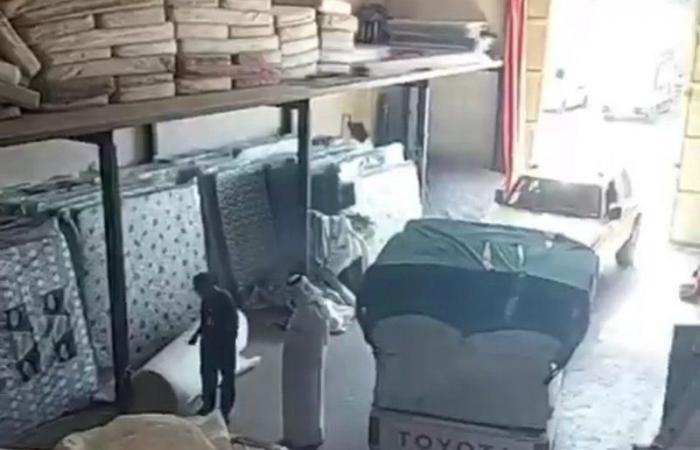 """ضبط 1000 مرتبة مغشوشة بمستودع في """"بطحاء الرياض"""" وهروب العمالة"""