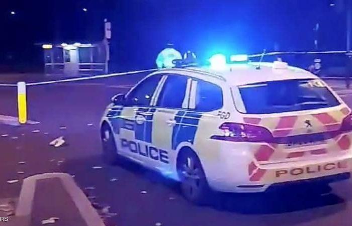 سيارة مجهولة تقتحم مركزًا للشرطة في لندن.. والسلطات تعتقل مشتبهًا به