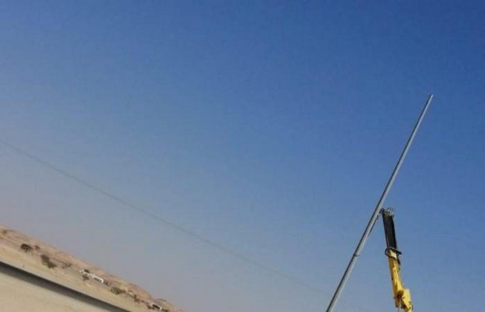 بالصور .. بلدية البديع في الأفلاج تنير الطريق العام بـ 40 عامود إنارة