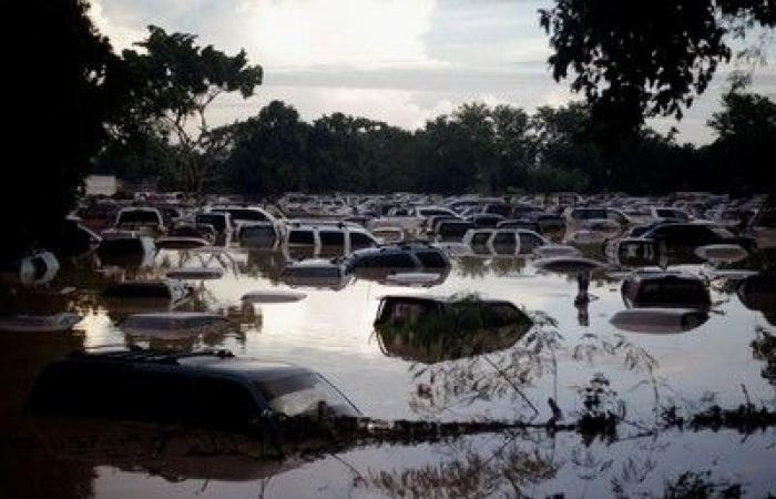 """الأسبوع في 12 صورة: سيارات غارقة وقرى مدمرة.. و""""مقعد وثير"""" وسط الفيضان"""