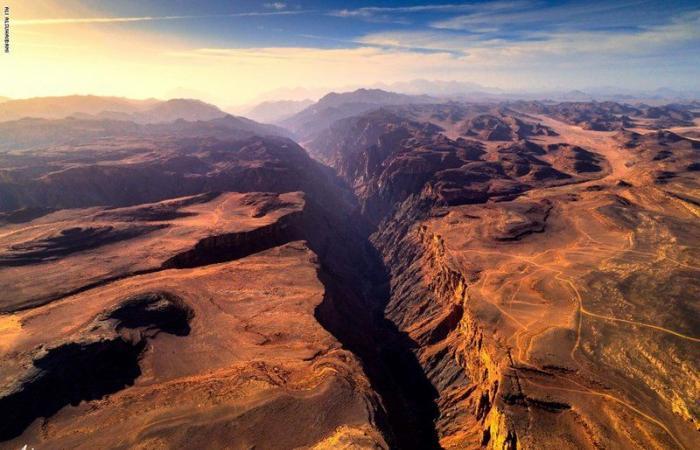 قف على الحافة.. مشهد مهيب لصدع عميق انشق بالسعودية قبل آلاف السنين