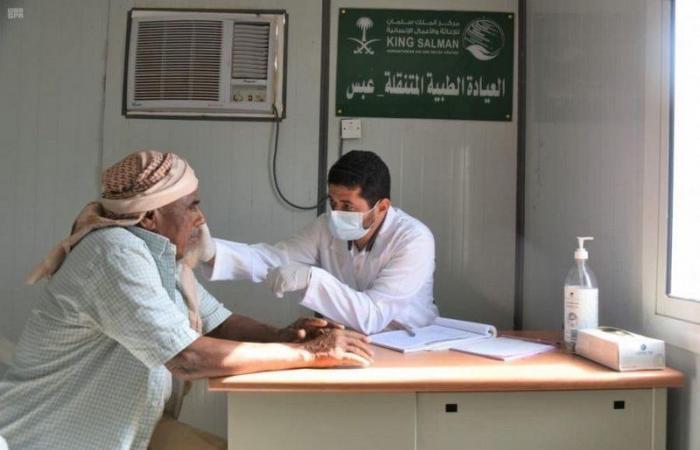 العيادات الطبية المتنقلة في مديرية عبس بمحافظة حجة تواصل تقديم خدماتها العلاجية