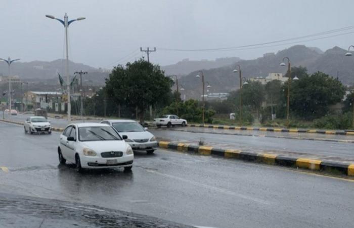 """أمطار غزيرة على جازان.. و""""المدني"""" يطلق تحذيرات: لا تجازفوا"""