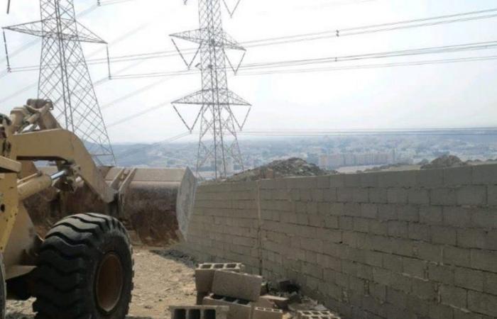 """بلدية جنوب جدة تزيل عددًا من الأسوار المخالفة بحي """"الهوارنية"""""""