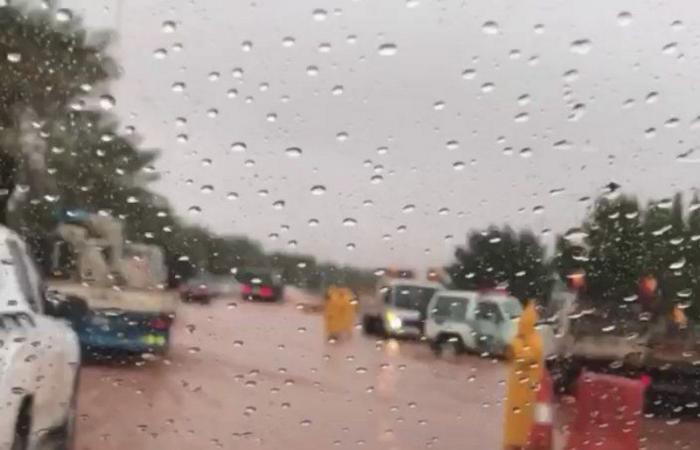 """شاهد.. جهود """"بلدية شقراء"""" لإزالة التجمعات المائية من الشوارع والميادين.. و""""سبق"""" ترصد"""
