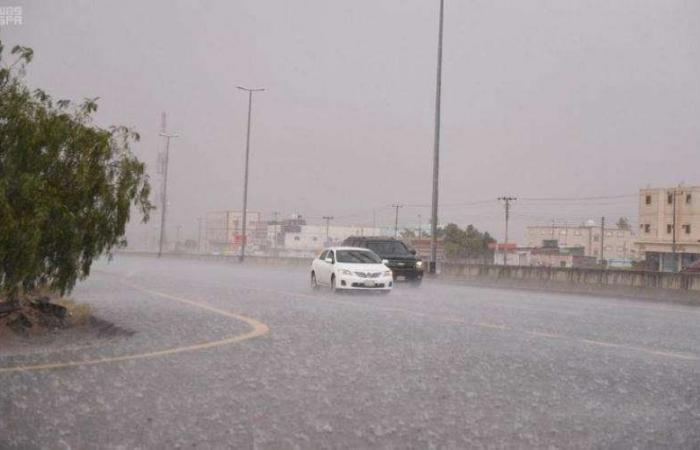 """أمطار متوسطة على حفر الباطن .. و""""المدني"""" تحذّر"""