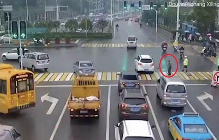 بالفيديو .. شرطي يجعل من جسده درعًا تحمي مسنًّا تسعينيًّا
